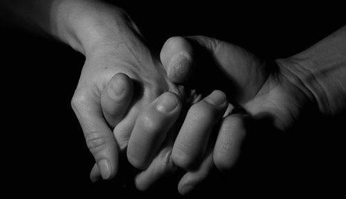 uomo mani