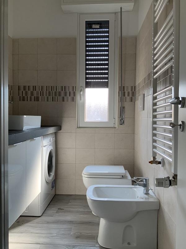 bagno con box doccia bilocale affitto a milano